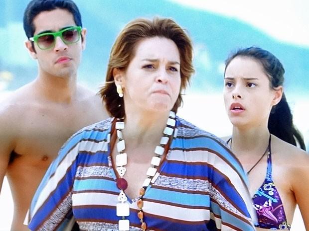 Jáqui vira uma fera ao ver Kleber com Priscila na praia (Foto: Amor Eterno Amor/TV Globo)