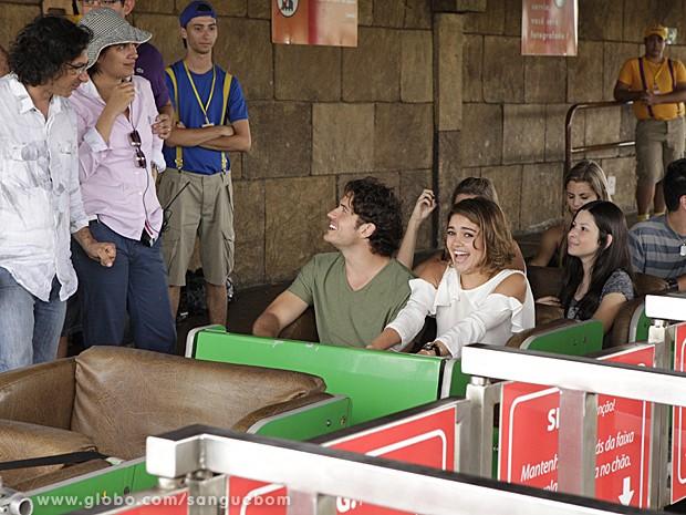 Sophie e Marco se divertem com a equipe durante cena de Amora e Bento (Foto: Sangue Bom/TV Globo)
