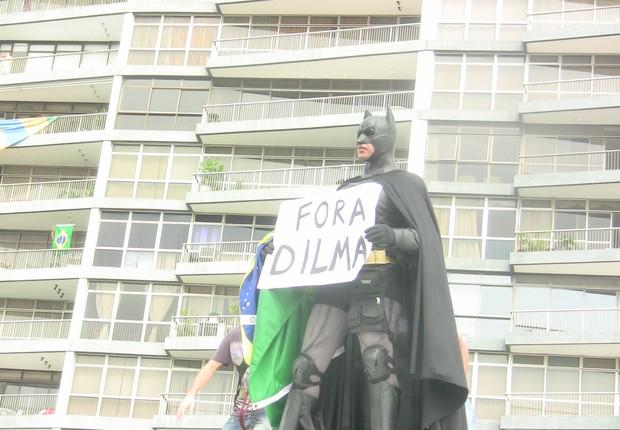 Batman na manifestação no Rio de Janeiro (Foto: Hudson Corrêa/ÉPOCA)