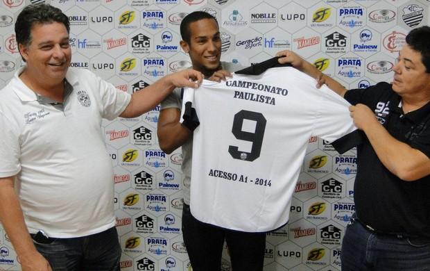 Macena assina contrato com Comercial (Foto: Divulgação / Comercial FC)