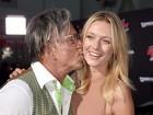 Mickey Rourke beija a namorada, 33 anos mais nova, em pré-estreia