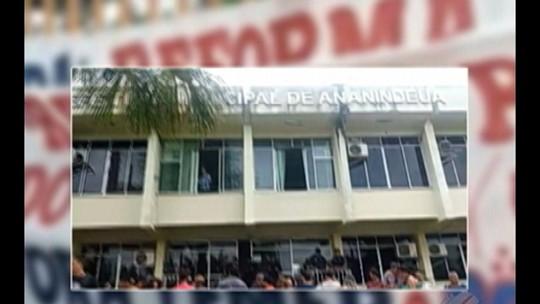 Professores da rede pública de Ananindeua paralisam atividades e fazem protesto