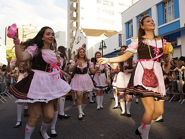 Francesa registrou os melhores momentos da 30ª Oktoberfest, em Blumenau (Foto: Facebook/Reprodução/Florence Renault)