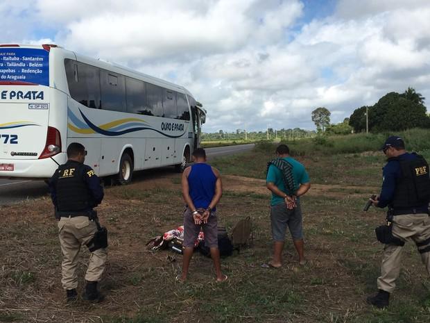 """Dupla foi abordada por policiais rodoviários durante a operação """"Férias Escolares"""" (Foto: PRF Santarém/Divulgação)"""