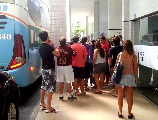 jogadores itália deixam hotel em Salvador (Foto: Raphael Carneiro)