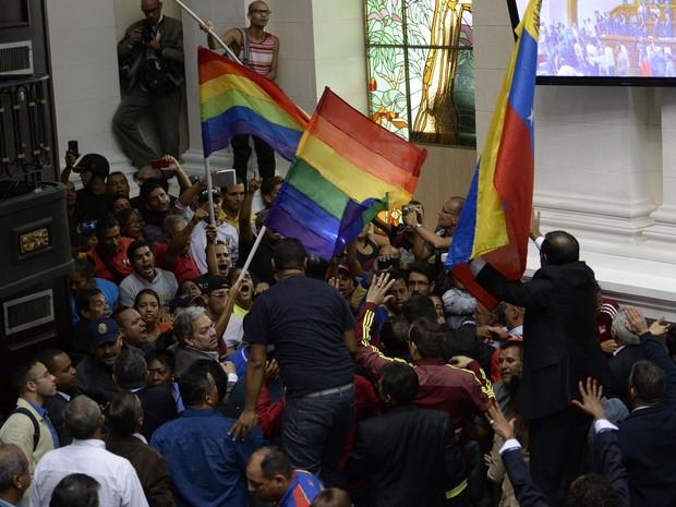Apoiadores do presidente Nicolás Maduro invadem o Parlamento venezuelano durante debate sobre o referendo em sessão extraordinária convocada pela oposição, em Caracas, no domingo (23) (Foto: Federico Parra/AFP)