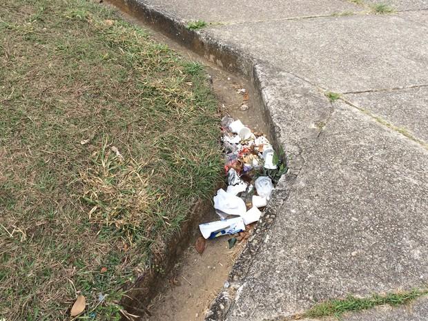 Praça tem acúmulo de lixo (Foto: Márcio Pinho/G1)