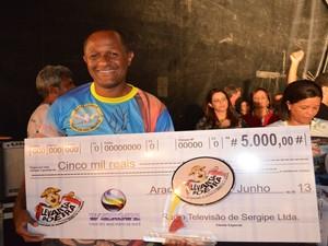 O presidente da Unidos em Asa Branca, Acácio dos Santos Nascimento, recebeu o prêmio  (Foto: Denise Gomes/G1)