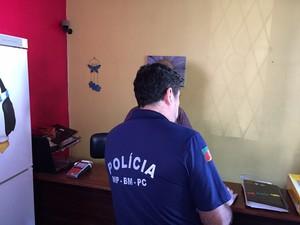 Equipe da Promotoria Criminal de Porto Alegre foi a quatro hotéis da capital (Foto: Giovani Grizotti/RBS TV)