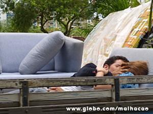 Ben consegue puxar Anita para um caminhão (Foto: Malhação / TV Globo)