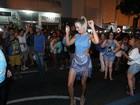 Ticiane Pinheiro cai no samba em ensaio de rua da Vila Isabel, no Rio