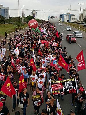 Professores marcham na EPTG em direção à residência oficial de Águas Claras (Foto: Cláudio Antunes/Sinpro)