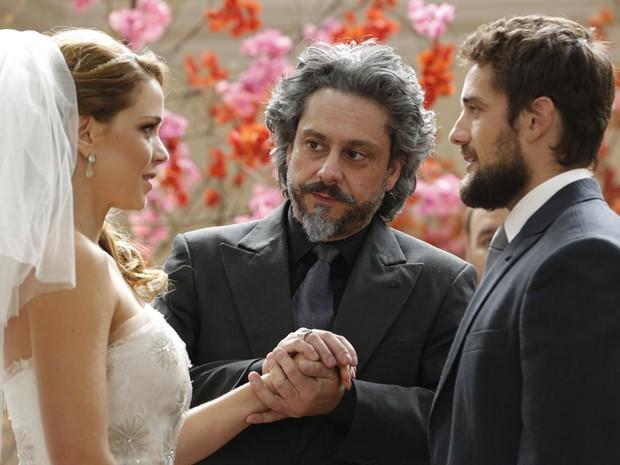 Cris e Vicente finalmente sobem ao altar (Foto: Felipe Monteiro/TV Globo)