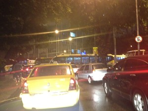 Trânsito parou na entrada da Rua São Clemente, em Botafogo (Foto: Lívia Torres/G1)