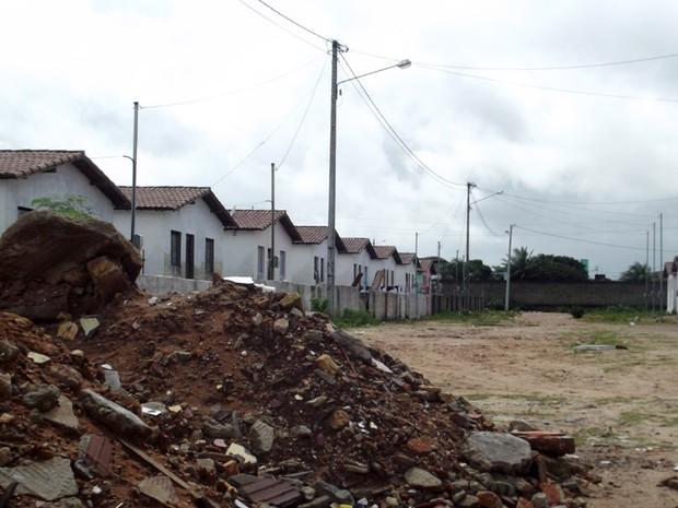 Entulhos da construção das casas ainda estão no local (Foto: Fred Carvalho/G1)