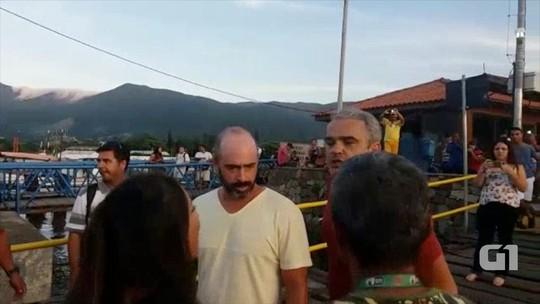 Protesto na travessia da balsa termina em pancadaria em Ilhabela; veja
