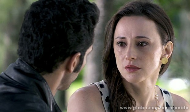 Rebecca fica chocada (Foto: Amor à Vida/ TV Globo)