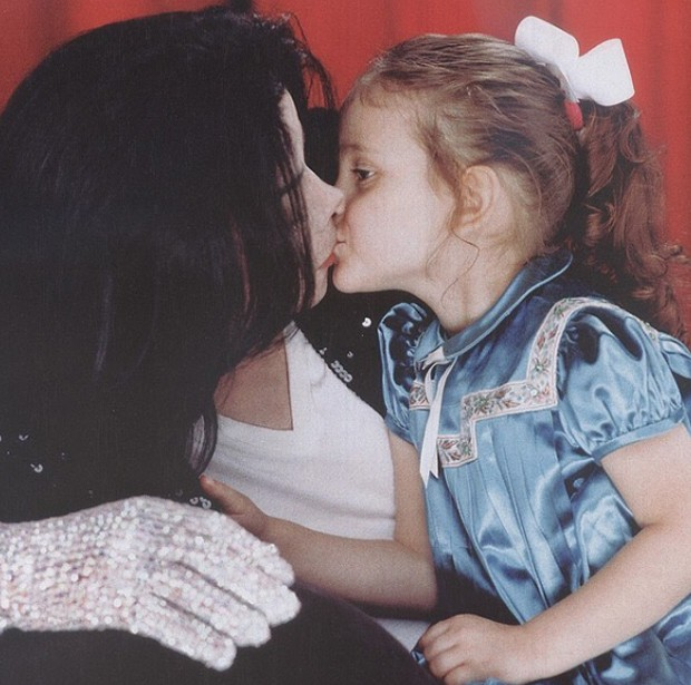 Paris Jackson faz homenagem em aniversário do pai Michael Jackson