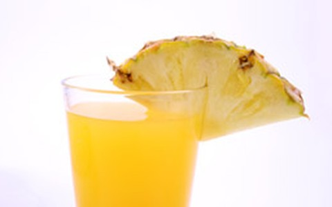 Suco de abacaxi, água de coco e hortelã