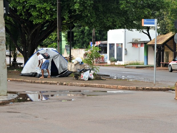 Homem dorme em barraca no Acre (Foto: Tácita Muniz/G1)