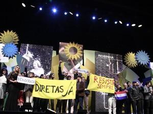 Gui Campos, vencedor com o curta Rosinha, se manifestou contra Temer com faixas no palco (Foto: Cleiton Thiele/Pressphoto)