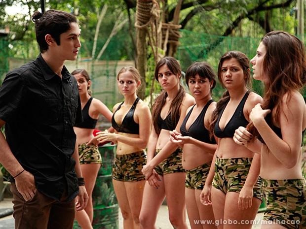 Antônio convida Bruna para sair na frente das outras MICAs (Foto: Ellen Soares / Malhação)