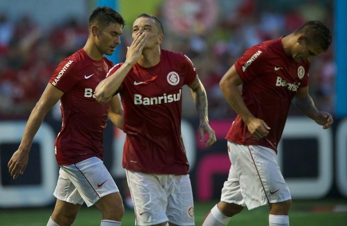 D'Alessandro comemora o primeiro gol do Inter com beijos para a torcida (Foto: Alexandre Lops/Internacional)