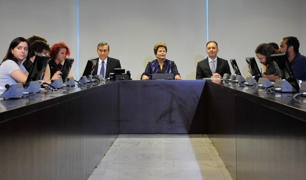 Reunião entre Dilma Rousseff e ministros com representantes do Movimento Passe Livre (Foto: Antonio Cruz/ABr)