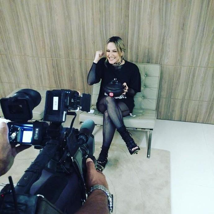 Claudia Leitte com panela de barro  (Foto: Isadora Hunka)