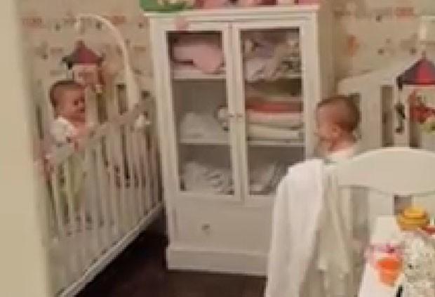 Vídeo de bebês gêmeas brincando de esconde-esconde faz sucesso (Foto: Reprodução/Facebook/Andy Keher)