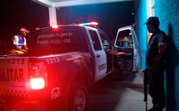 Vítimas do atropelamento foram socorridas pela polícia ao hospital de Caraúbas (Foto: Gidel de Morais)
