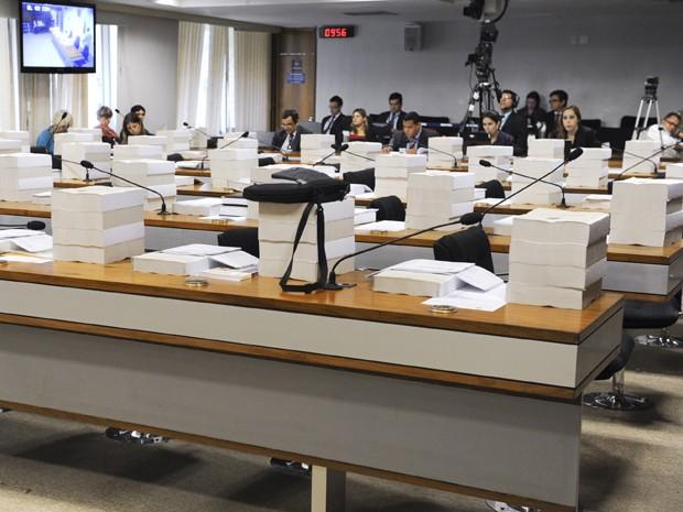 Cópias do relatório final da CPI do Cachoeira sobre as bancadas de parlamentares no Senado (Foto: José Cruz / Agência Senado)