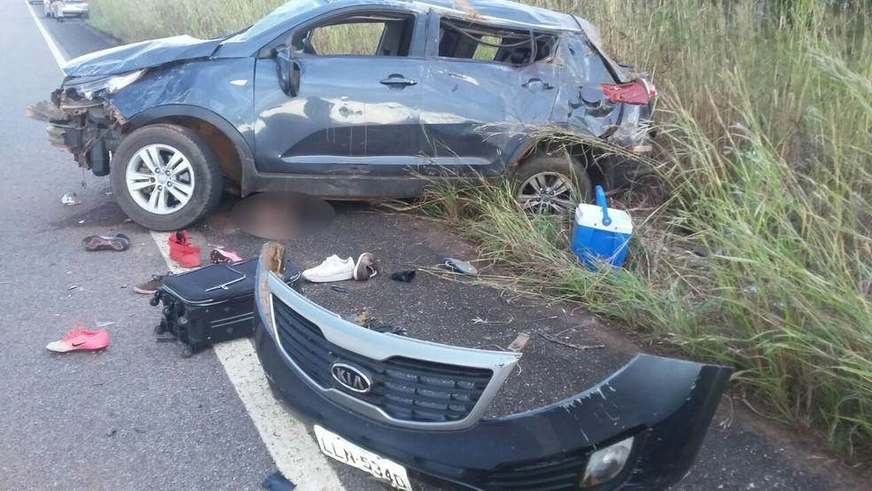 Uma pessoa ficou debaixo do carro após acidente (Foto: PM/Divulgação)
