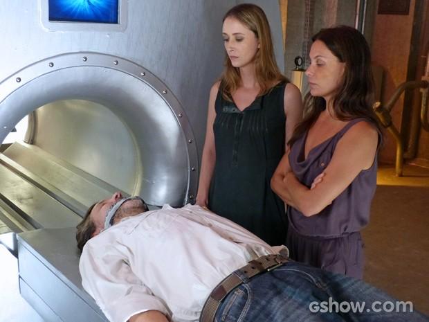 Angelique coloca LC na máquina, mas não liga radiação (Foto: Além do Horizonte/TV Globo)