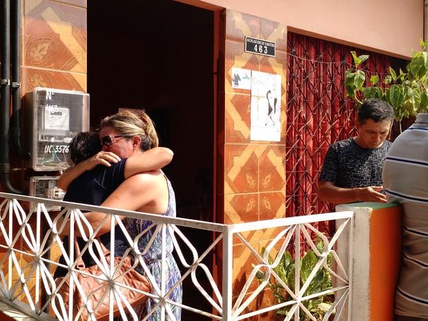Familiares e amigos reunidos na casa da mãe da subtenente na manhã desta segunda (Foto: Andressa Azevedo/G1)