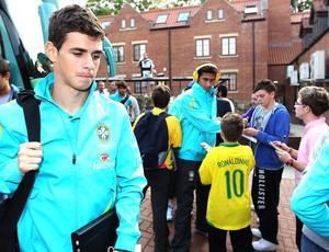 Oscar na chegada da seleção a Middlesbrough (Foto: Rafael Ribeiro / CBF)