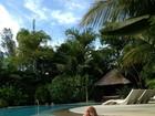 Xuxa e Junno relaxam na piscina: 'Tem gente aproveitando o domingo'