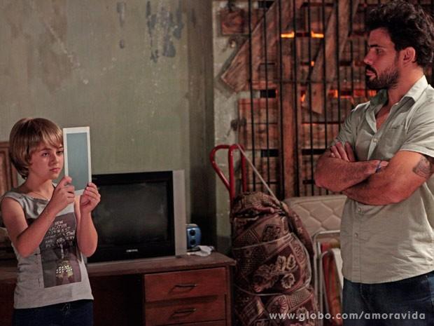 Paulinha é obrigada a usar peruca loira (Foto: Amor à Vida/ TV Globo)