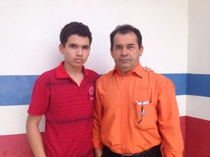 Ruan de Lima, ao lado do pai, Raimundo, descobriu habilidades para robótica e desenho (Foto: Fabiana Figueiredo/G1)