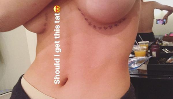 A celebridade Bella Thorne mostrando o rascunho de sua nova tatuagem (Foto: Instagram)
