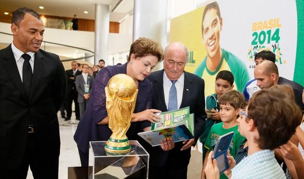 Cafu, Dilma e Blatter durante apresentação Taça da Copa do Mundo pela Fifa (Foto: Roberto Stuckert Filho/PR)