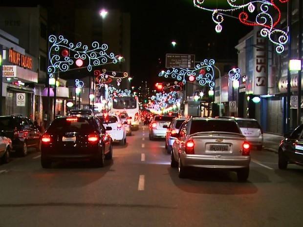 Arcos da Rua Assis Figueiredo enfeitados para o Natal em Poços de Caldas (Foto: Reprodução EPTV)