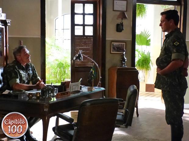 Coronel dá a notícia de prisão para Théo (Foto: Salve Jorge/ TV Globo)
