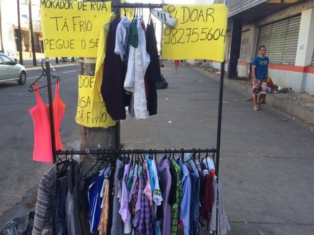 Advogada monta arara de roupas para doar agasalhos para moradores de rua, em Goiânia, Goiás (Foto: Danielle Oliveira/G1)