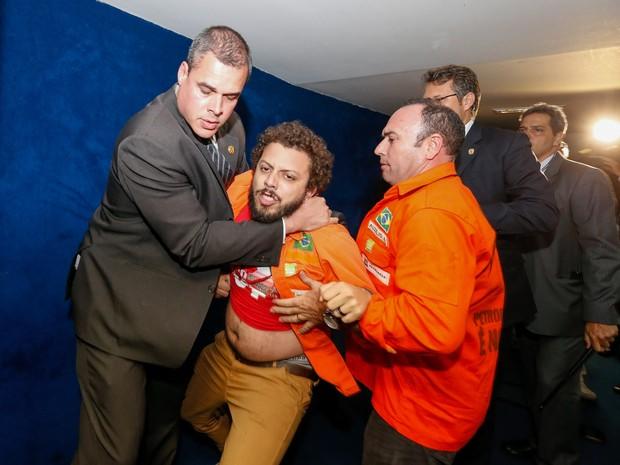 Seguranças retiram funcionários da Petrobras que protestavam nas galerias do plenário do Senado Federal durante votação de projeto de lei que muda regra do pré-sal em Brasília (Foto: Pedro Ladeira/Folhapress)