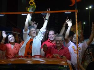 Ricardo Coutinho desfilou em carro aberto até o Busto de Tamandaré (Foto: Krystine Carneiro/G1)