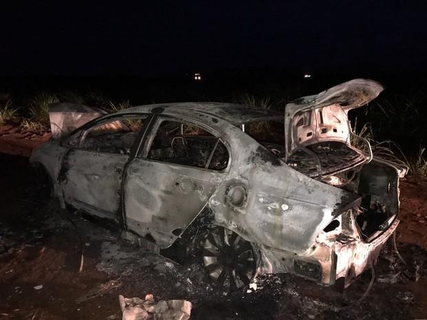 Motoristas que passavam pelo local avisaram a PM e os bombeiros sobre o veículo (Foto: Noticiário Araraquara)