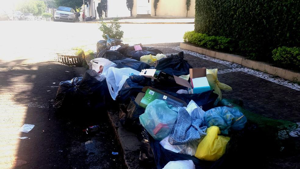 Sacolas de lixo e entulhos se acumulam na esquina das Ruas Voluntários e Tiradentes em Piracicaba (Foto: Claudia Assencio/G1)