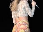 Claudia Leitte mostra boa forma com shortinho durante show