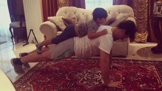 Cézar Lima faz treino funcional com sobrinho